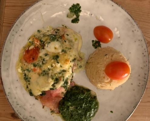 Mozzarella-Hähnchen in Basilikum-Sahnesauce und Safran Reis