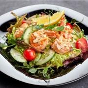 Shrimp Veggie Salat mit Avocado und Safran Dressing