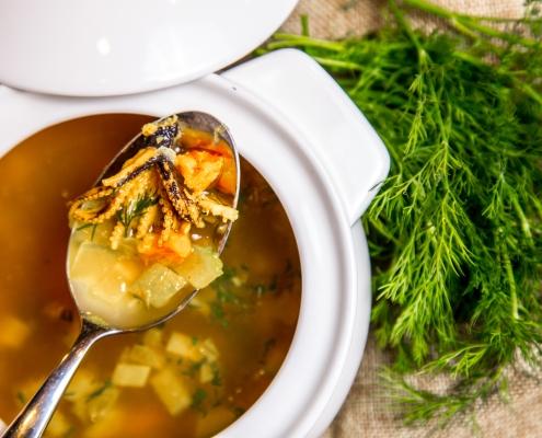 Calamari mit Gemüsesuppe und afghanischem Safran