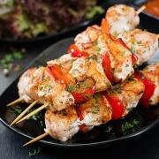 Hühnchen-Spieße mit Paprika-Scheiben und afghanischem Safran