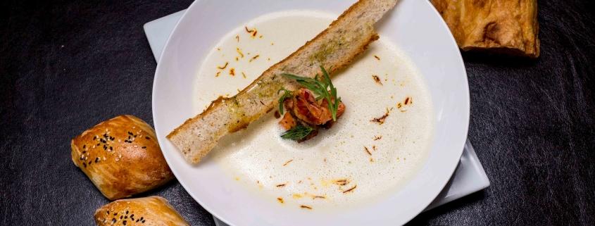 Cremige Meeresfrüchtesuppe mit Safran-Dressing