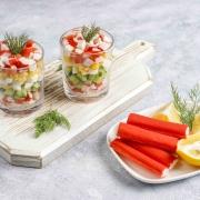 Gurken-, Mais- und Krabbensalat mit afghanischem Safran