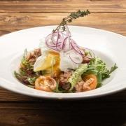 Afghanischer Safran-Thunfisch-Spargel-Kartoffel-Salat mit perfekt pochiertem Ei