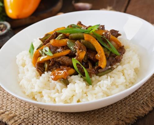 Gebratenes Rindfleisch mit grünen Bohnen und Safran umrühren