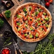 Vegetarische Pizza mit Safranbrokkoli und Oliven